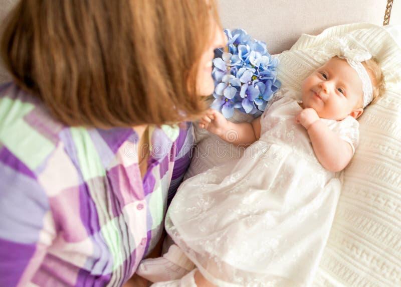 有您的母亲的婴孩在床,母亲` s天concep上说谎 免版税图库摄影
