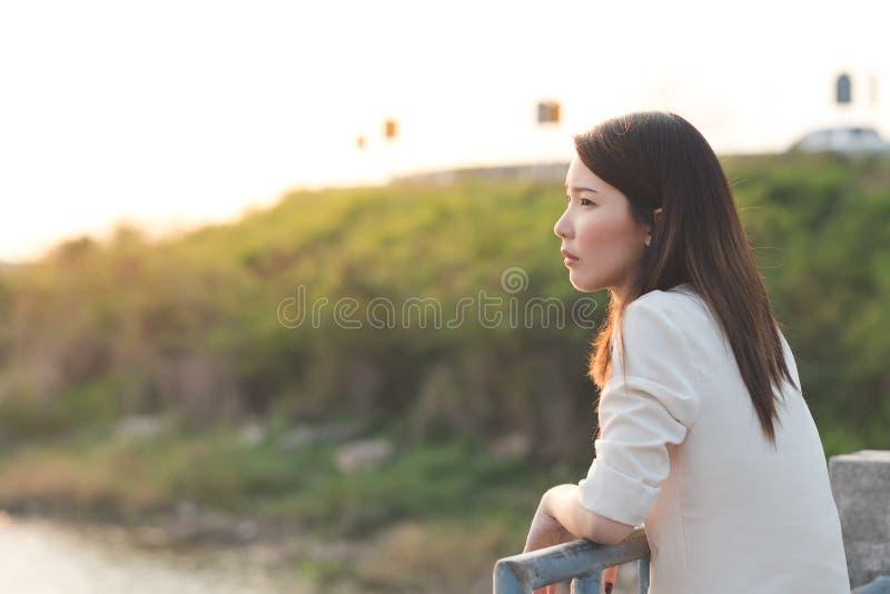 有悲伤面孔的单独少妇 图库摄影