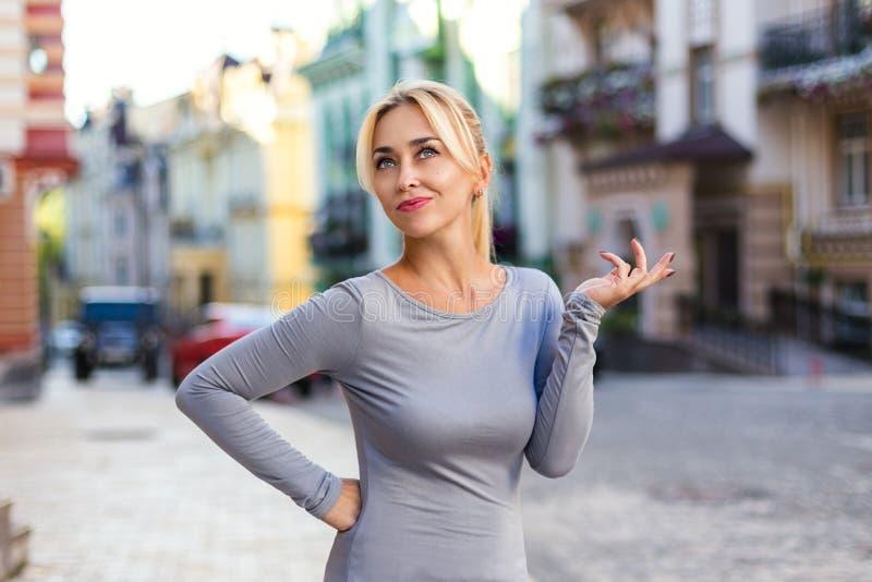 有情感姿态的白肤金发的妇女 免版税库存照片