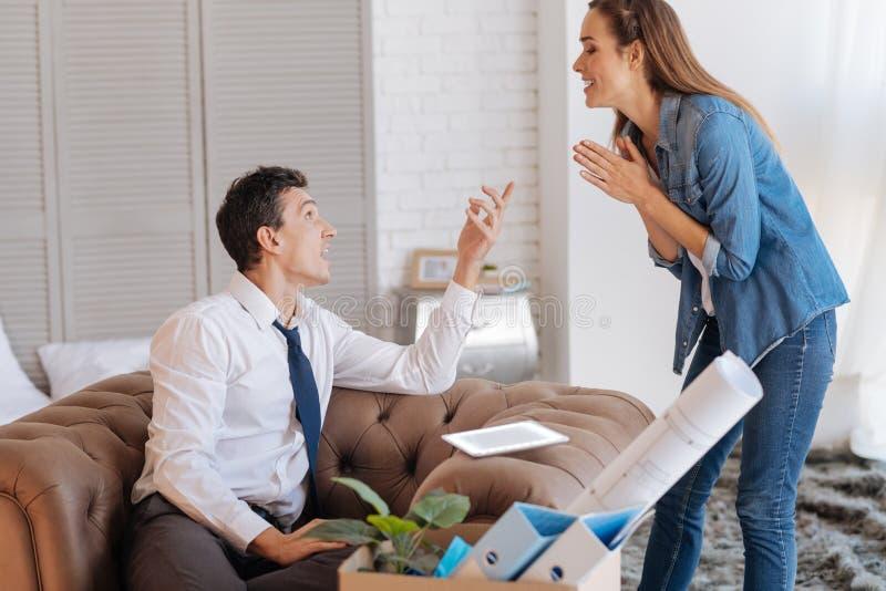 有情感激动的夫妇一次有趣的谈话 免版税库存照片