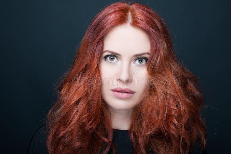 有惊人的充分的redhair的华美的少妇 免版税库存照片