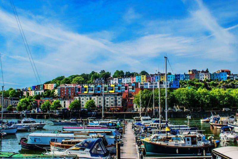 有惊人的天空和五颜六色的房子的布里斯托尔小游艇船坞 图库摄影