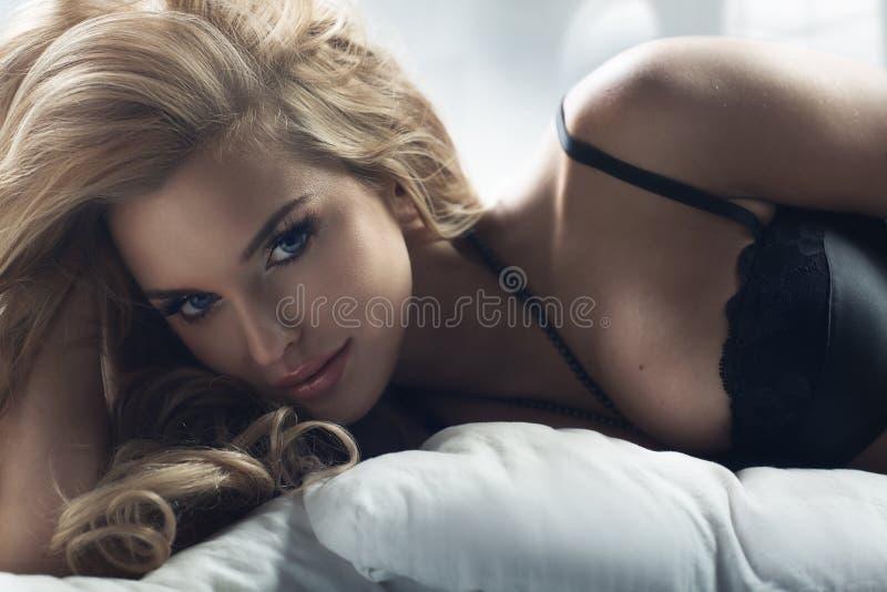 有惊人的眼睛的白肤金发的妇女 库存照片