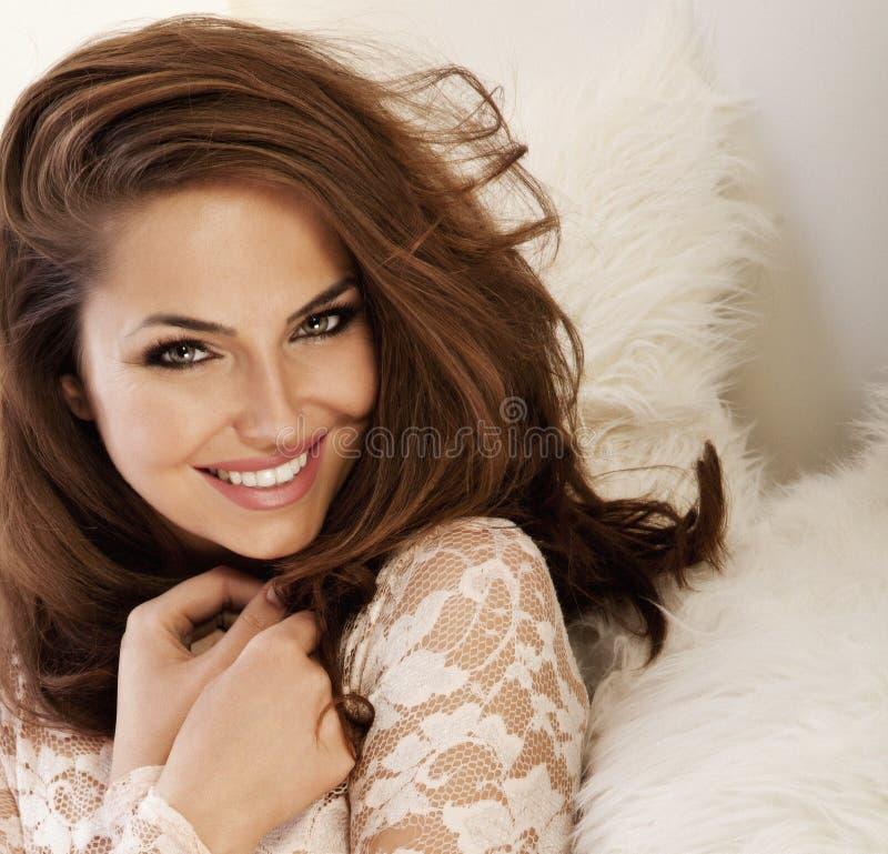 有惊人的眼睛纵向的美丽的微笑的妇女 免版税库存图片