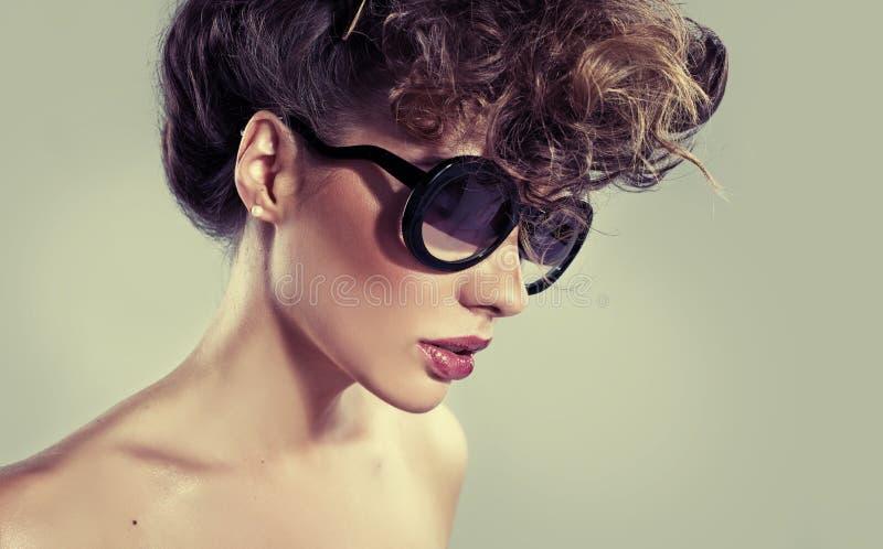 有惊人的嘴唇的肉欲的经典妇女 免版税库存照片