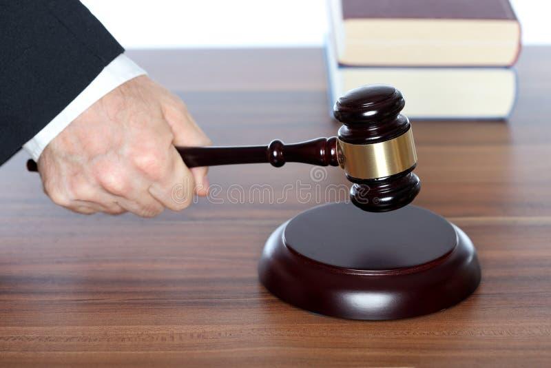 有惊堂木的律师在手中 库存照片