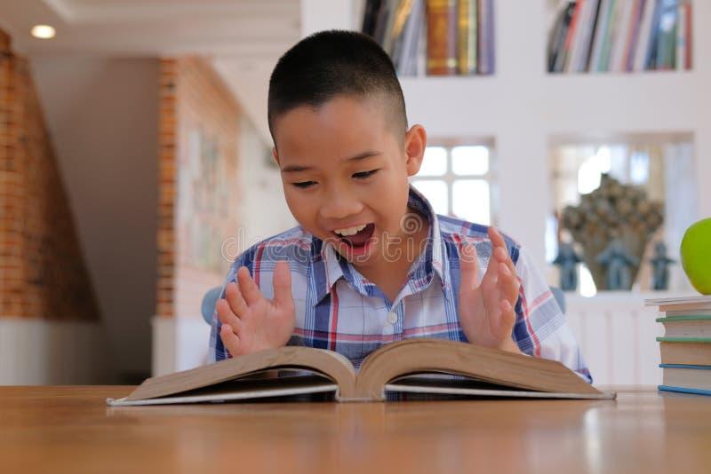 有惊奇的亚裔孩子男孩儿童孩子冲击了激动的amaz 免版税库存图片