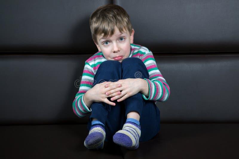 有惊奇鬼脸的六岁的男孩  免版税库存照片
