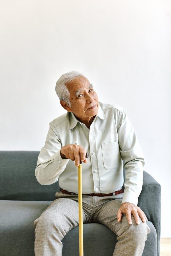 有想法的姿态的,老年痴呆症混乱和健忘年长亚裔人 免版税库存图片