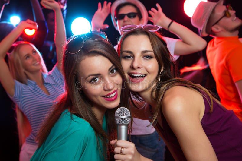 有愉快的女孩乐趣唱歌 图库摄影