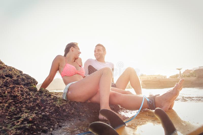 有愉快的嬉戏的夫妇笑的断裂看和-有运动的恋人在岩石的嫩片刻开会 免版税库存照片