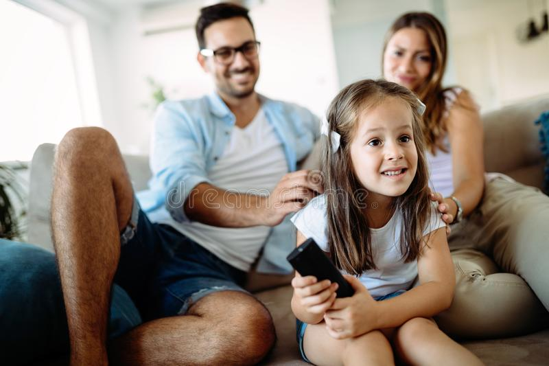 有愉快的家庭乐趣时间在家 免版税库存照片