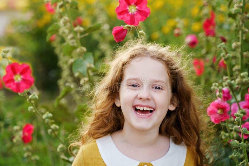 有愉快的眼睛和显示白色牙的小女孩 免版税库存图片
