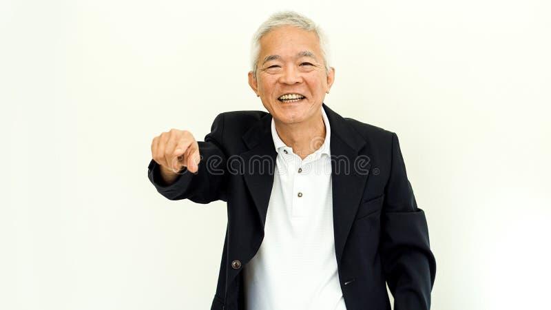 有愉快的面孔和手的g亚洲老人偶然西装 库存照片