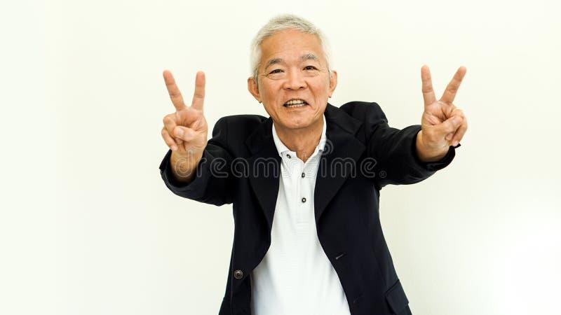 有愉快的面孔和手的g亚洲老人偶然西装 免版税库存图片