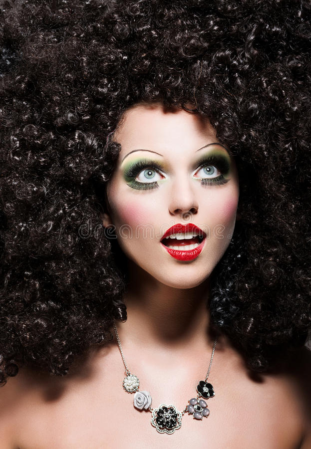 有意想不到的发型的妇女看起来玩偶 库存图片