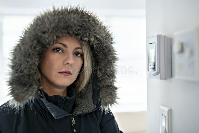 有感觉在议院里面的温暖的衣物的妇女寒冷 库存照片