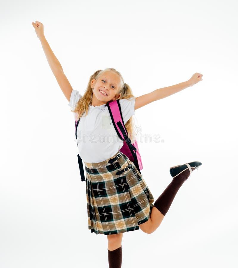 有感觉激动和愉快是回到学校的大桃红色书包的可爱的美丽的矮小的女小学生隔绝在白色 免版税库存照片