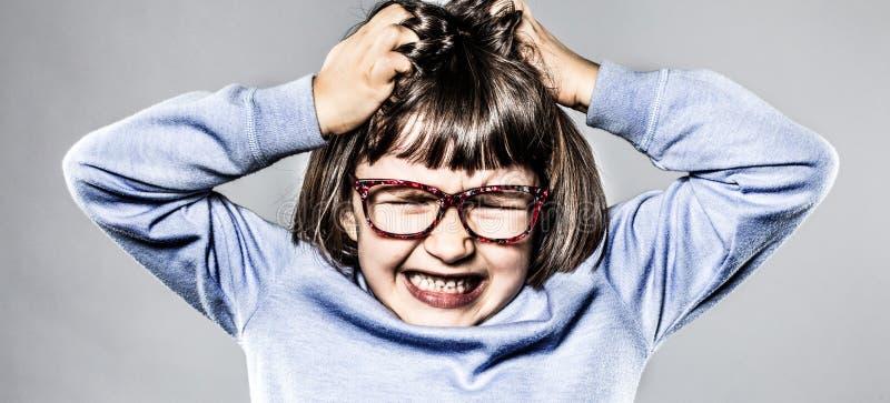 有愤怒的孩子勃然大怒,抓愤怒和失望的头 免版税图库摄影