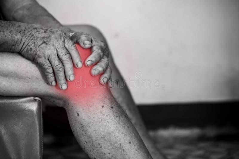 有慢性膝盖问题的老人 图库摄影