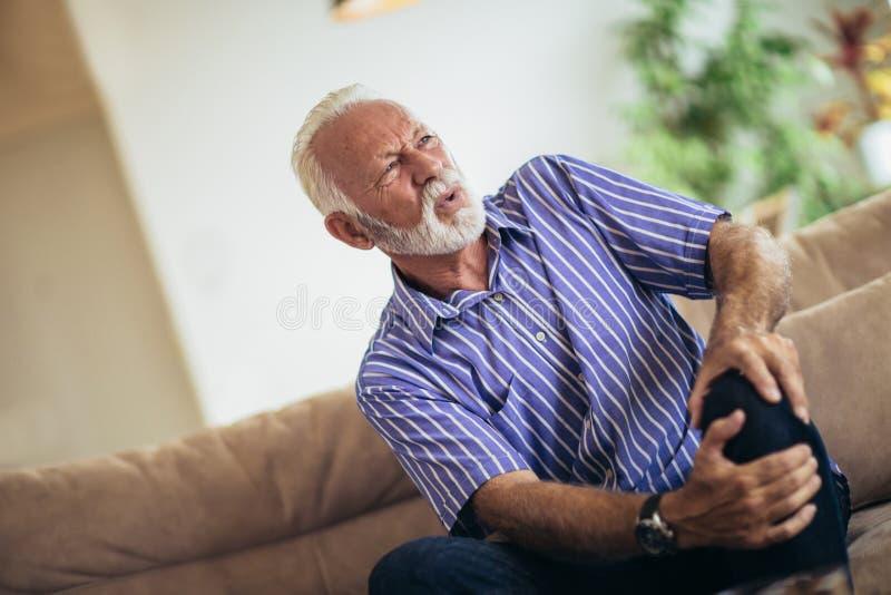有慢性膝盖问题的老人 免版税库存照片