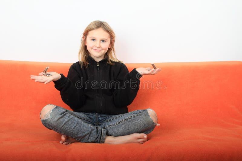 有戏弄者的女孩 库存图片