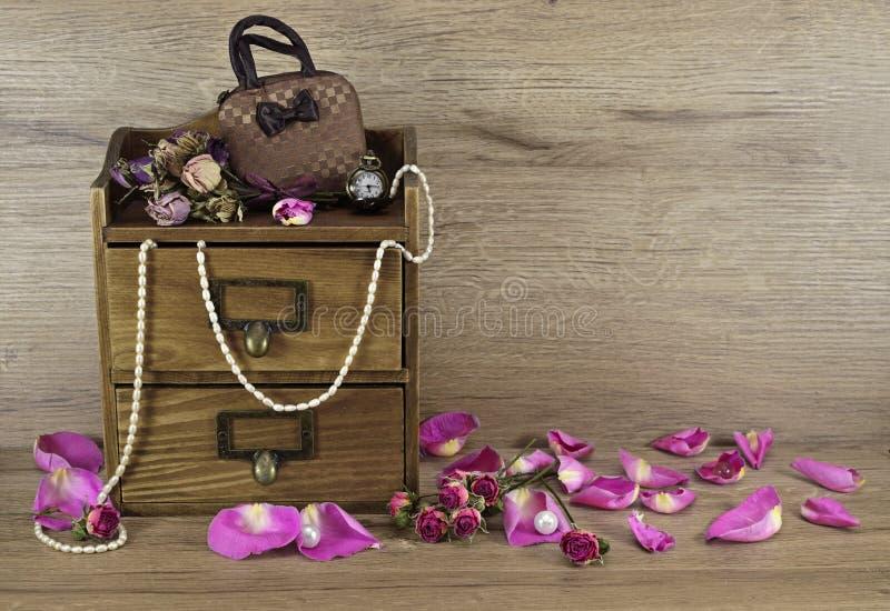 有成为不饱和玫瑰的花瓣的木箱 库存照片