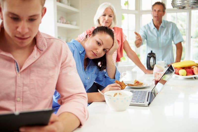 有成人孩子的家庭有论据在早餐 免版税库存照片