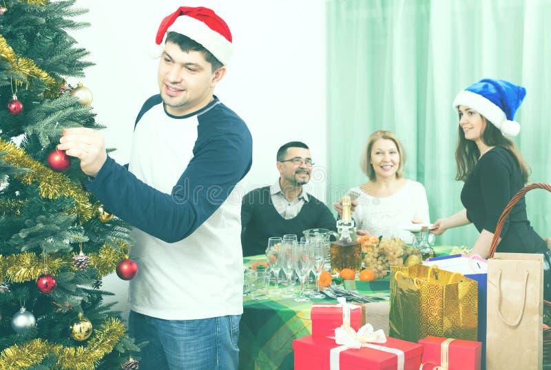 有成人孩子的成熟父母为圣诞节做准备 免版税库存图片