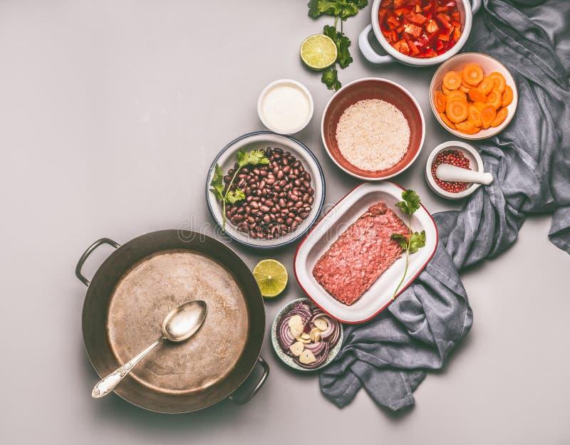 有成份的碗平衡的一顿平底锅膳食的用豆、肉末、米和各种各样的裁减菜 免版税图库摄影