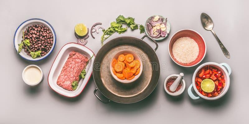 有成份的碗平衡的一顿平底锅膳食的用豆、肉末、米和菜 免版税库存图片