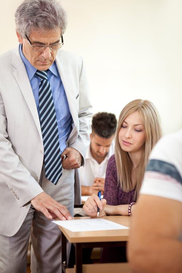 有成熟教授的女学生 免版税库存图片