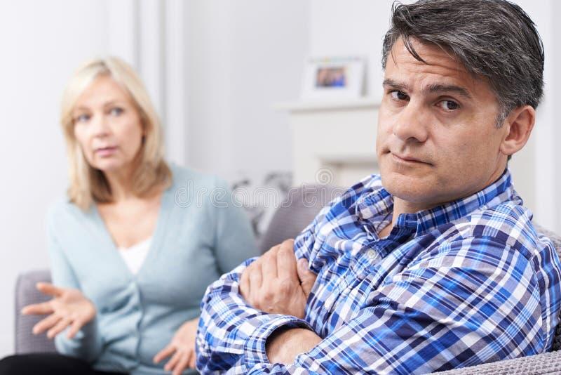 有成熟的夫妇论据在家 库存照片