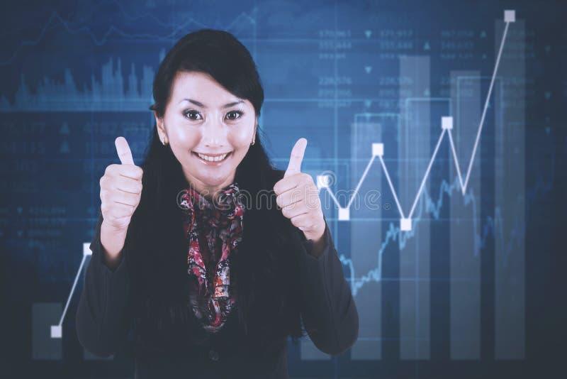 有成长图表的成功的女实业家 库存图片