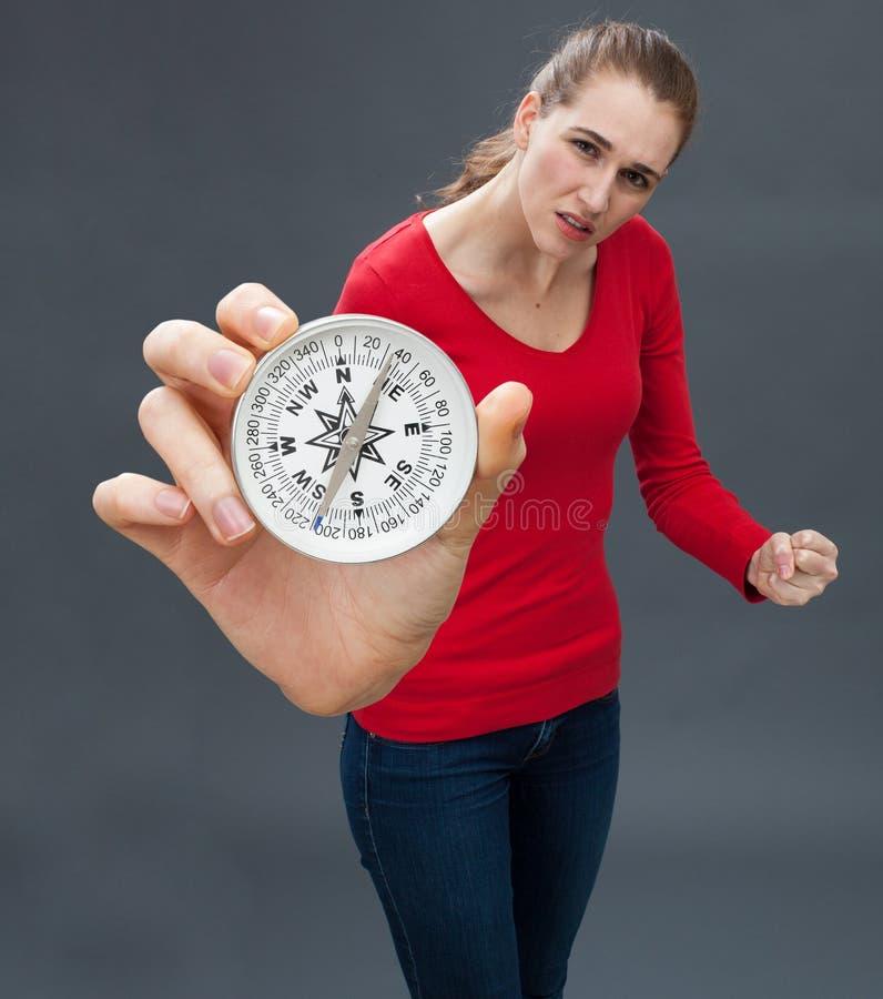有战斗的手势的怀疑少妇反对大指南针 库存照片