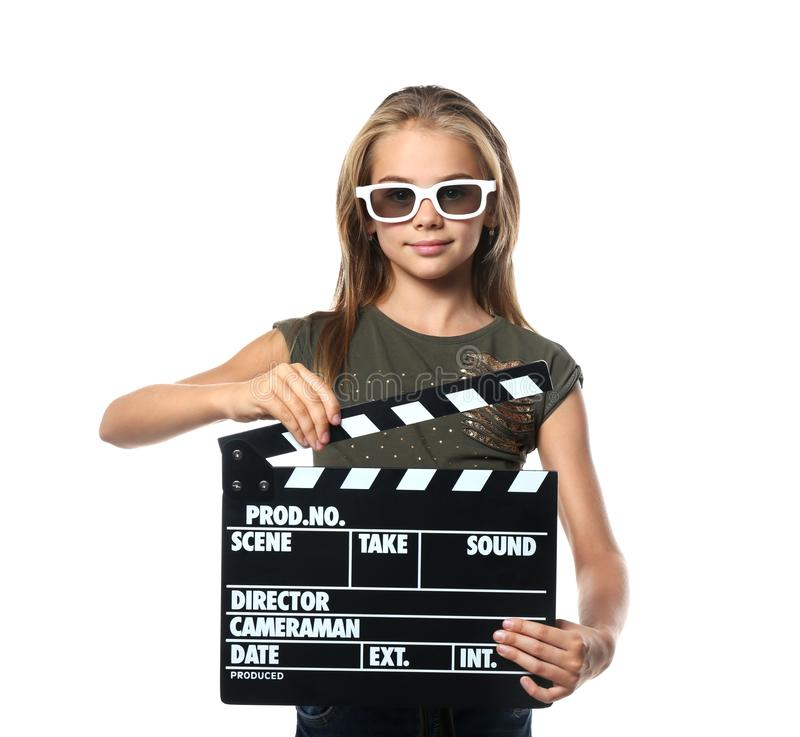 有戴3D在白色背景的拍板的逗人喜爱的女孩戏院眼镜 图库摄影