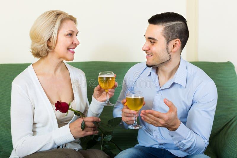 Download 有户内年轻人的成熟妇女 库存照片. 图片 包括有 表面, 配错, 长沙发, 舒适, 成熟, 玻璃, 白种人 - 59101608