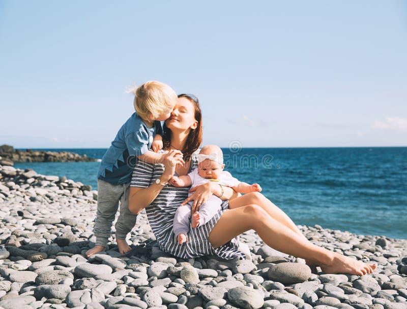 有户外孩子的母亲在特内里费岛的,西班牙海洋 图库摄影