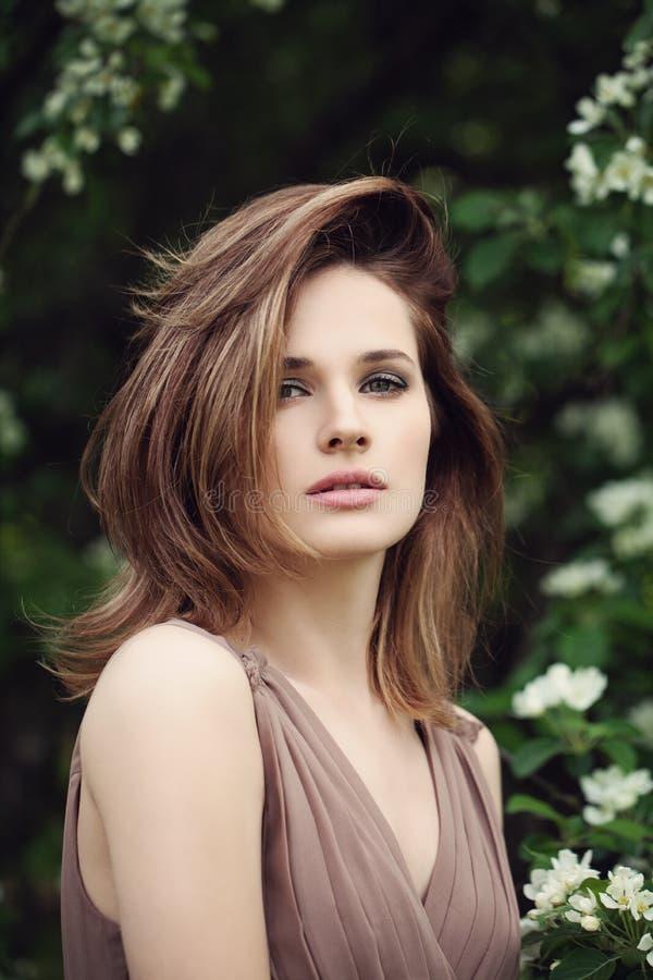 有户外布朗头发的俏丽的妇女 壮观的模型 免版税库存照片