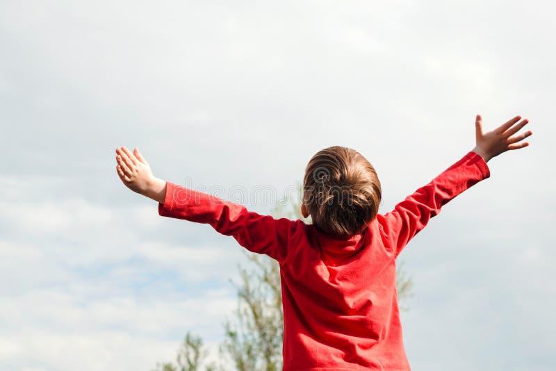 有户外开放胳膊的小男孩,后面视图 步行的享用的孩子作梦和 您系列节日快乐的夏天 汽车城市概念都伯林映射小的旅行 孩子 库存图片