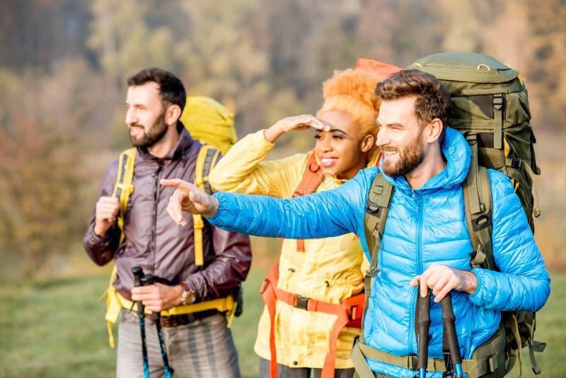 有户外背包的远足者 免版税库存照片