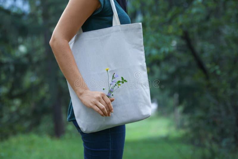 有户外eco袋子的妇女 免版税库存图片
