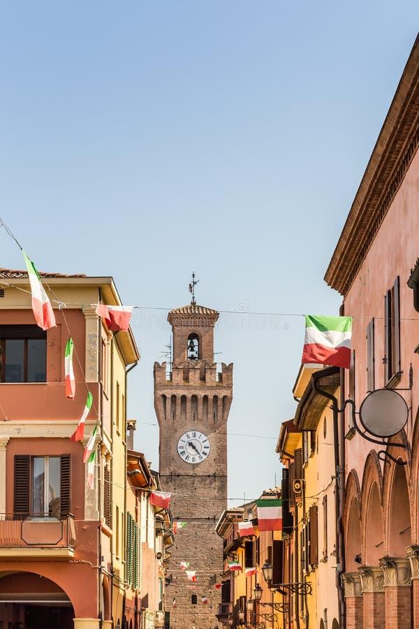 有房子、塔和意大利旗子的城市街道 库存照片