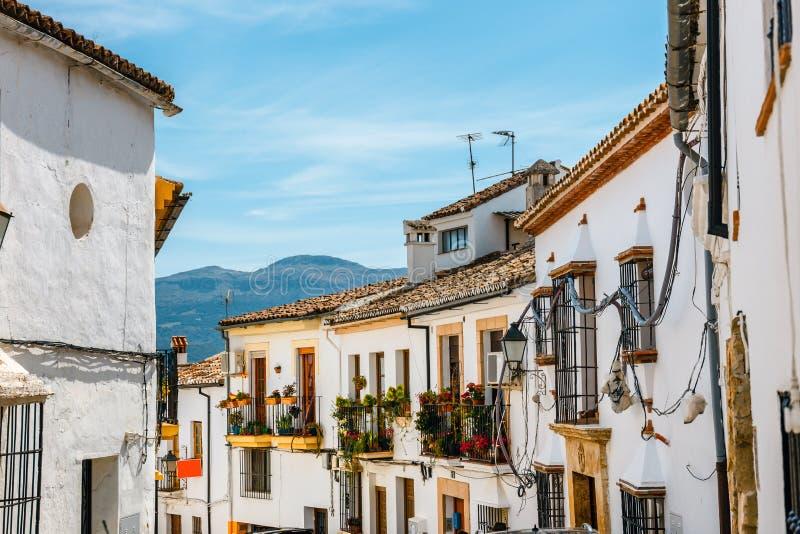 有房子白色门面的狭窄的街道在朗达,西班牙 库存图片