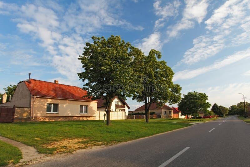 有房子的村庄路在斯洛伐克 库存图片