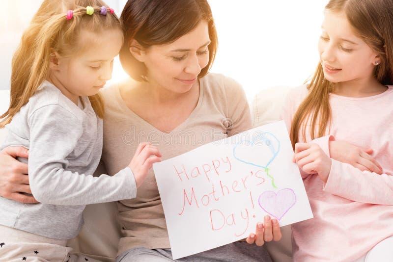 有手工制造图画的女孩母亲节快乐的 免版税库存照片