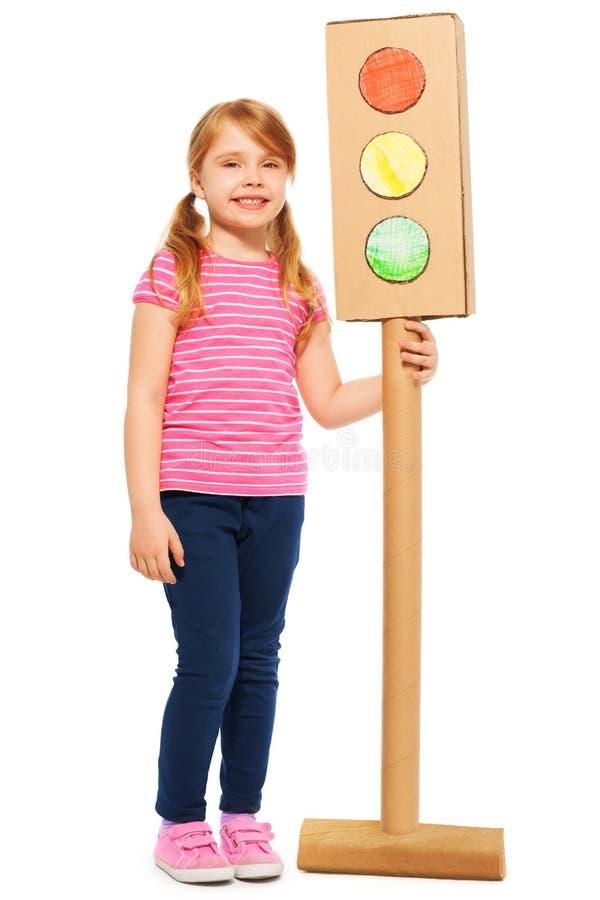 有手工制造纸板红绿灯的女小学生 免版税图库摄影