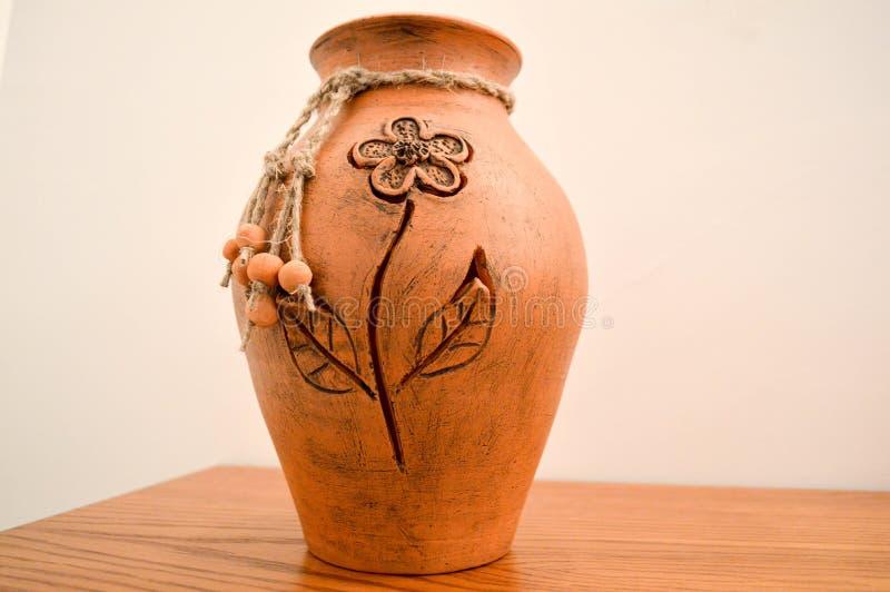 有手工制造花纹花样的一个美丽的陶瓷陶器投手 传统瓦器,花的一个花瓶 免版税库存图片