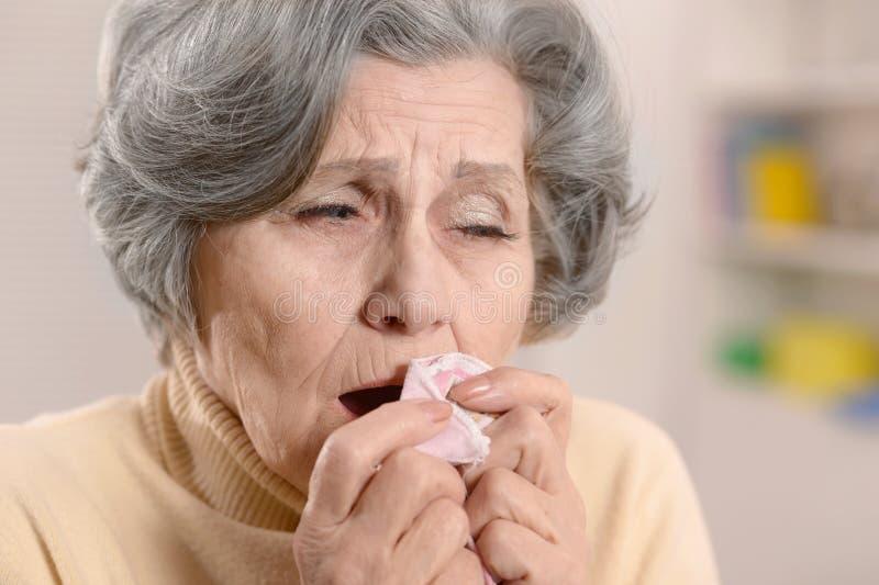 有手帕的老妇人 免版税库存照片