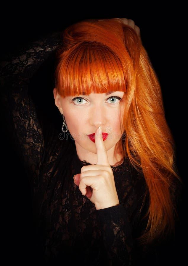 有手指的妇女在她的红色嘴唇 库存图片